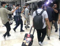 KPK Bawa 2 Koper Usai Geledah Ruangan Aziz Syamsuddin di DPR